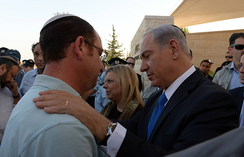 Ofir Shaer at his son's funeral with Prime Minister Netanyahu. (Photo: Chaim Tzach/GPO)