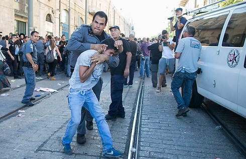 Rightwing extremist resisting arrest (Photo: Ohad Zwigenberg)