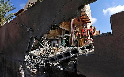 נזקים שגרמו הרקטות שנורו לשדרות (צילום: AP)