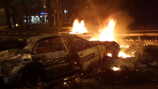 Arab rioters attack Jewish civilians, setting cars on fire in Qalansawe (Photo: Hassan Shaalan)