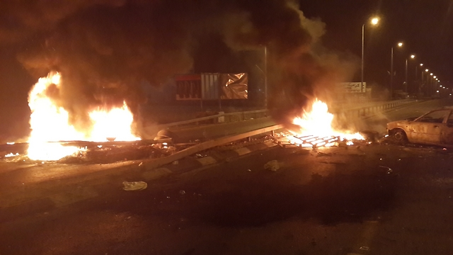 Fire at entrance to Qalansawe (Photo: Hassan Shaalan)