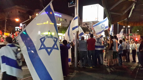Counter-protest in Haifa, calling 'Taitors to Gaza' (Photo: Ahiya Raved)