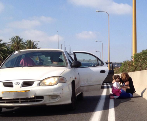 Israelis take cover in Tel Aviv area during sirens (Photo: Michal Horshi)