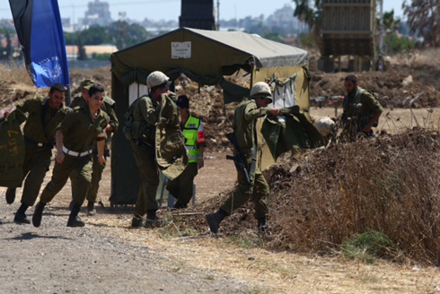 IDF reservists run for cover during siren (Photo: Motti Kimchi)