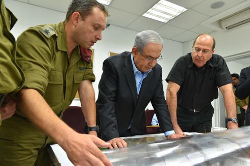 Defense Minister Ya'alon and Prime Minister Netanyahu (Photo: Ariel Harmoni/Israeli Ministry of Defense) Photo: Ariel Harmoni/Israeli Ministry of Defense