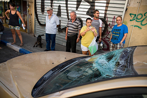 Rocket debris hits car in Tel Aviv (Photo: AP)