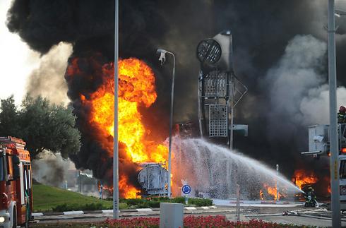 Fire breaks out at Ashdod gas station after rocket hit (Photo: Avi Rokach)