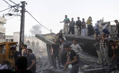 Palestinians looking through rubble of structured bombed by IDF in Rafah (Photo: AFP)