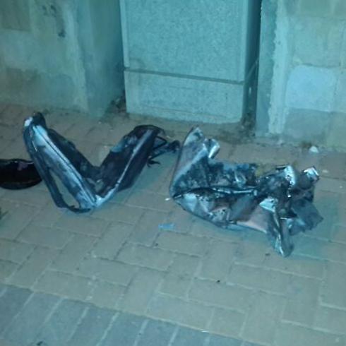 רסיסי הרקטה שפגעה בבית בבאר שבע (צילום: רן בוקר)