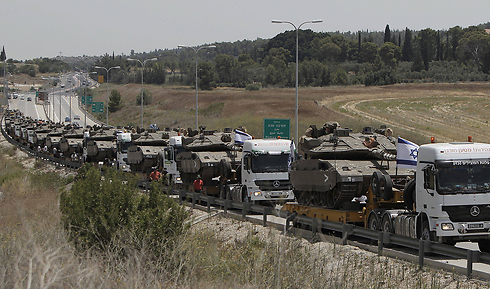 Tanks being transfered to the Gaza border (Photo: AFP)