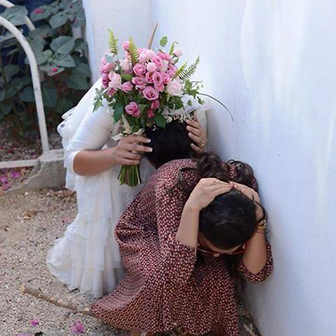 Bride hides for cover amid rocket fire on Tel Aviv (Photo: Avraham Rubenstien)