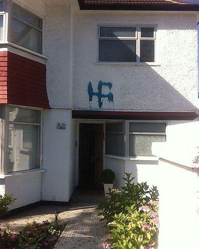 צלב קרס על בית של יהודים בשכונת הנדון, בלונדון. (צילום: רות דדון)