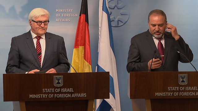 German Foreign Minister Steinmeier in a press conference with Israeli counterpart Lieberman in Israel during Operation Protective Edge (Photo: Eli Mendelbaum)