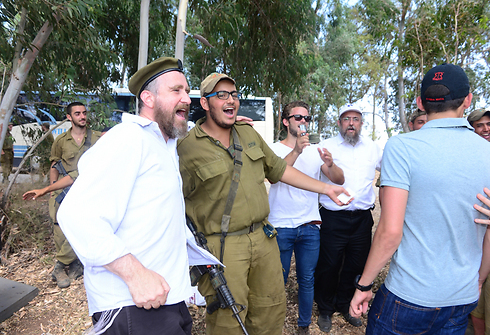 Chabad and IDF troops (Photo: Meir Dahan)