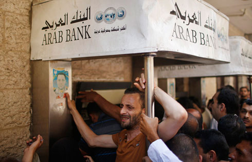 Bank run during Gaza ceasefire (Photo: Reuters)