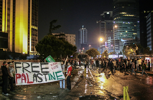 Protests outside Israeli consulate in Istanbul (Photo: AP)