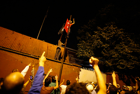 Protestors replace Israel flag with Turkish one (Photo: Reuters)