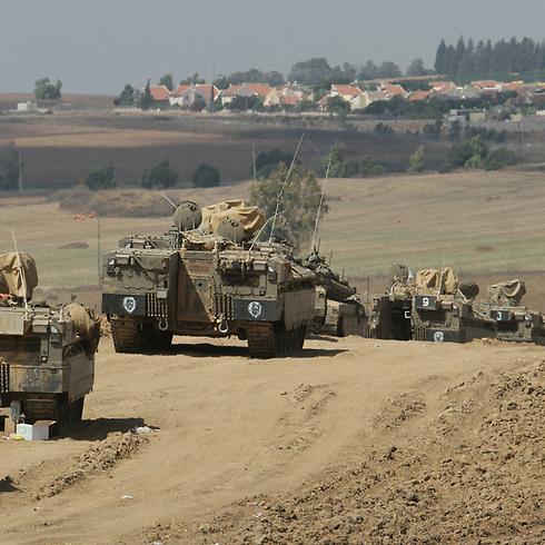 כוחות שריון סמוך לרצועה (צילום: עידו ארז)