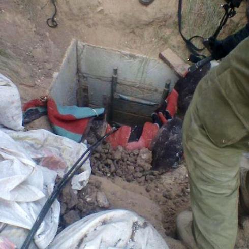 """כוחות צה""""ל חושפים מנהרה ברצועת עזה (צילום: דובר צה""""ל)"""