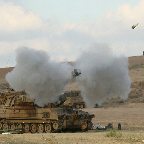 Tanks fire on Gaza (Photo: Ido Erez)