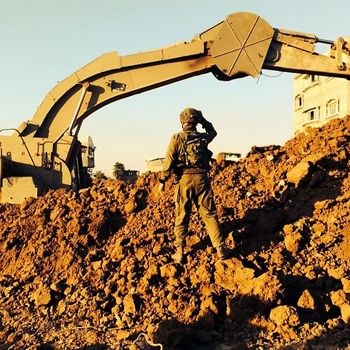 Nahal troops uncovering Hamas tunnel (Photo: IDF Spokesman)