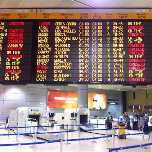 לוח הטיסות המבוטלות  (צילום: אבי חי)