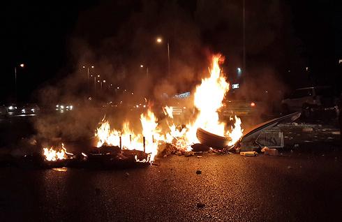 הפגנה הפגנות שריפה שריפת דגל חסימה חסימת כביש 444 ב טייבה נגד לחימה ב עזה צוק איתן