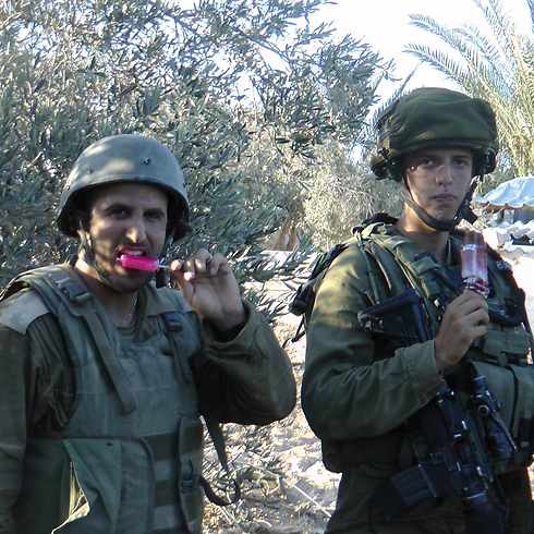Taking a popsicle break between the battles, inside Gaza (Photo: Yoav Zitun)