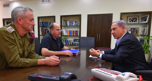 Gantz, Ya'alon and Netanyahu during a meeting in the Kirya (Photo: Ariel Hermoni, Defense Ministry)