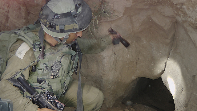 IDF troops inspect a Hamas tunnel in Gaza (Photo: Yoav Zitun) (Photo: Yoav Zitun)