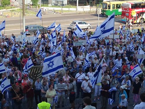 הפגנה פרו-ישראלית בפינלנד, בשבוע שעבר (צילום: זיו גולדפישר)