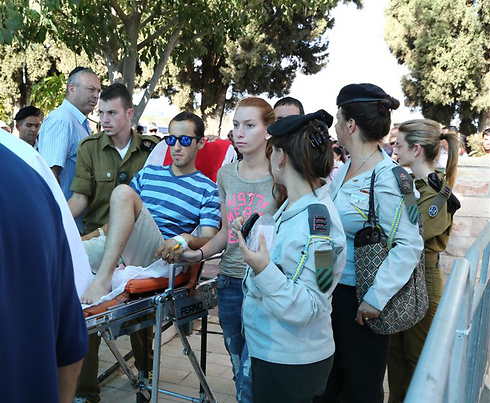 Wounded soldier attends Captain Omri Tal's funeral (Photo: Ofer Amram)