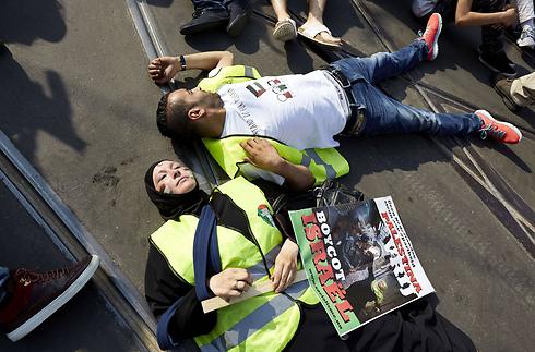 הפגנה הקוראת להחרמת ישראל בהולנד (צילום: AFP)
