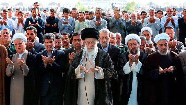 Iranian spiritual leader Ali Khamenei (center) has called on the Palestinians to expand their struggle against Israel to the West Bank (Photo: EPA)