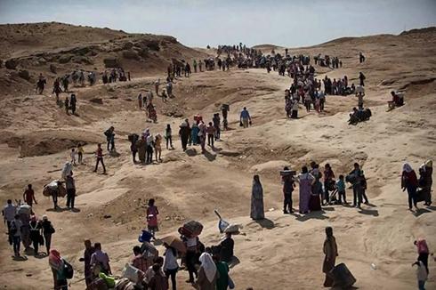 עיראק בורחים מבתיהם בסינג'אר בגלל מתקפות דאעש (צילום: AFP)