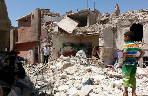 בית שנפגע בהפצצות של צבא עיראק נגד דאעש (צילום: EPA)
