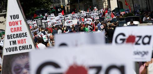 """הפגנה בלונדון נגד ישראל במהלך """"צוק איתן"""" (צילום: EPA)"""