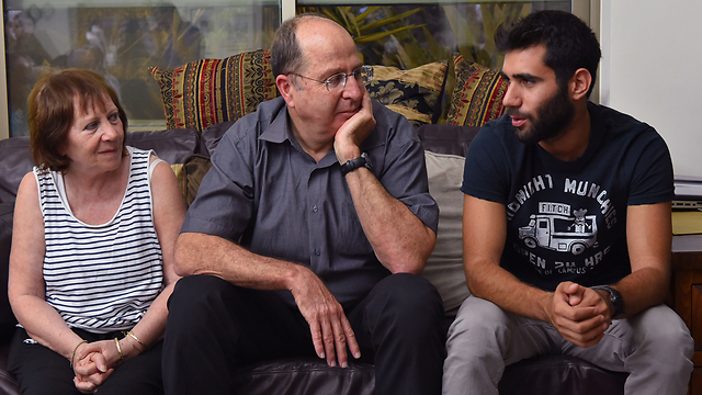 Ya'alon with Oron Shaul's family (Photo: Ariel Hermoni, Defense Ministry)