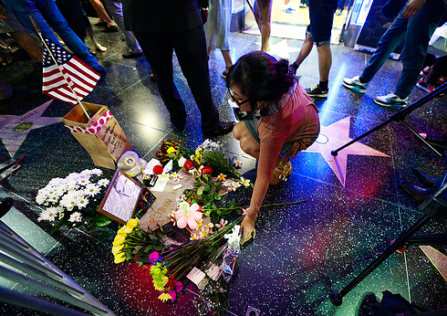 Mourning fans lay flowers on Williams' star at the Hollywood Walk of Fame (Photo: AP)