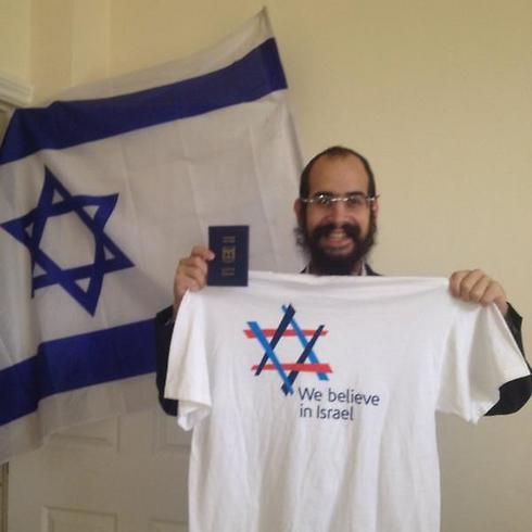 Rabbi Shneur Odze preparing for protest (Photo taken from Twitter) Photo: Twitter