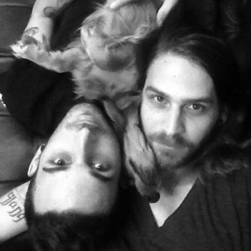 עברו לגור ביחד תוך שבוע. רועי, ג'וזף והכלב ג'ק (צילום: הילה אלקיים)