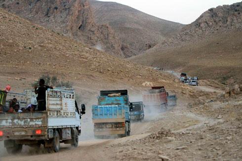 שיירה יזידית בדרך למחנות הפליטים (צילום: רויטרס)