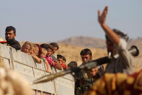 כורדים מחלצים פליטים מהאזור הכבוש (צילום: רויטרס)