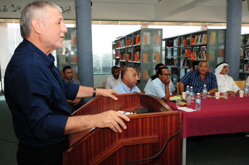 Welfare Minister Meir Cohen speaking to heads of Bedouin communities in Hura (Photo: Herzl Yosef)