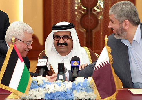 Abbas, Mashal and the then-Qatari emir in Doha in 2012 (Photo: AP) (Photo: AP)