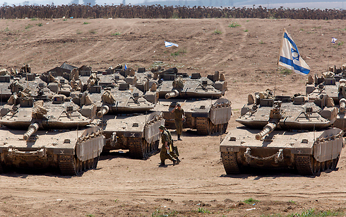 IDF tanks on the Gaza border, August 21, 2014 (Photo: EPA) Photo: EPA