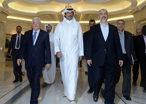 Abbas (left) and Khaled Mashal (right) in Doha with the Emir of Qatar (Photo: AFP)