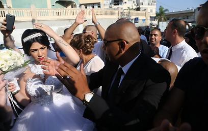 חתונת הזוג מחמוד ומורל שעוררה את הסערה (צילום: מוטי קמחי)