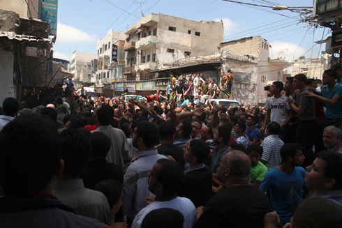Masses come to watch execution of 'collaborators' with Israel (Photo: Reuters) Photo: Reuters