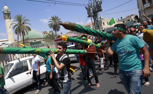 Poll: Palestinians support a truce with Israel, but not at the price of disarmament. (Photo: AP) (Photo: AP)